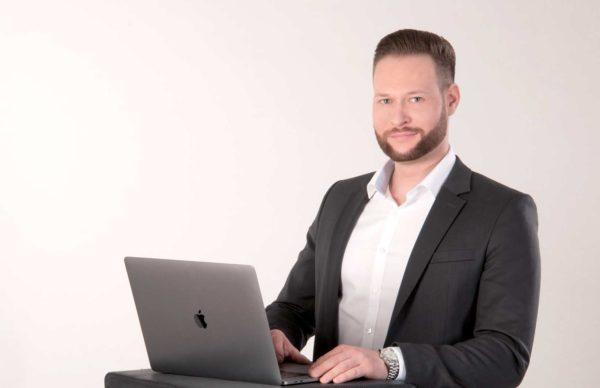 Webdesign und Marketing Niklas Hornig steht am Laptop